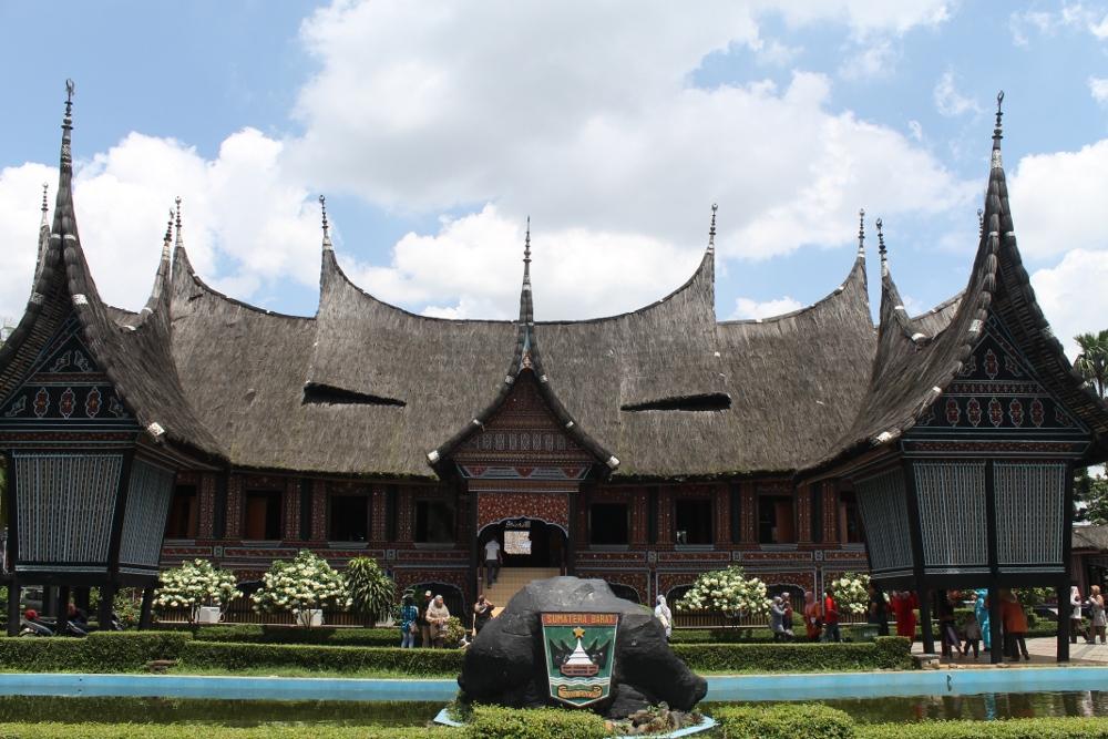 901_Rumah_Gadang_yang_berdiri_kokoh_di_anjungan_Sumatra_Barat